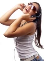 Frau hört mit Kopfhöreren kostenlose Musik Downloads